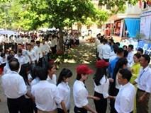 Thầy cô xếp thành hàng dài chia tay học trò ngày bế giảng