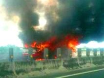 Ôtô khách cháy ngùn ngụt trên cao tốc Trung Lương