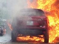 Đỗ cạnh đống rác đang đốt, Mazda CX5 bốc cháy ngùn ngụt