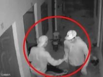 Clip: 2 kẻ đột nhập khu trọ trong đêm, liều lĩnh cậy cửa dắt xe máy