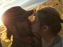 Phát sốt trước hình ảnh Harper chu môi hôn bố Beckham