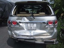Xe 7 chỗ đi đám cưới bị ôtô khách tông dập đuôi, 10 người thoát chết
