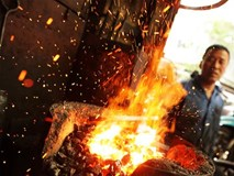 Quá nể: Thợ rèn phố cổ thản nhiên đe búa bên lò lửa ngày siêu nóng