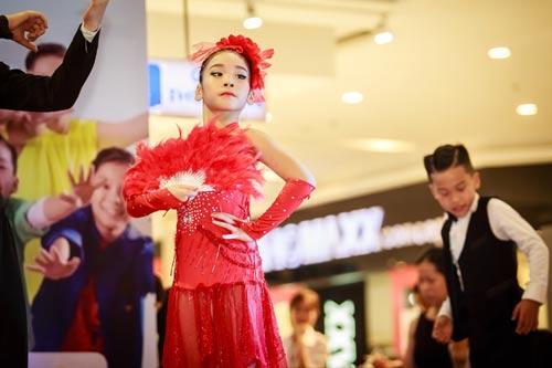 Những bước nhảy điêu luyện, đầy tự tin vào lôi cuốn của Gia Như cùng 17 vũ công nhí còn lại đã nhanh chóng thu hút sự chú ý của hàng ngàn khán giả đang có mặt tại trung tâm thương mại.