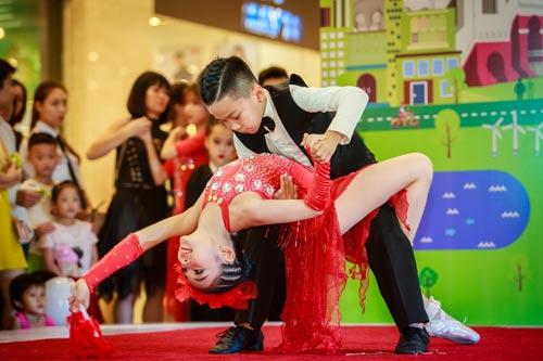 Là 1 trong số 18 vũ công nhí của vở đại vũ kịch Sắc màu tuổi thơ 2, Gia Như có mặt tại trung tâm thương mại từ khá sớm. Cô bé diện trang phục áo thun, quần short jeans khỏe khoắn, năng động và liên tục nở nụ cười tươi tắn.