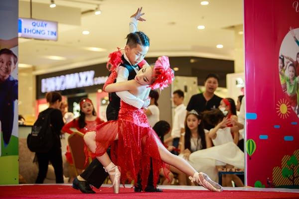 Nhân dịp Quốc tế thiếu nhi, Á quân Biệt tài tí hon 2017 Gia Như cùng 17 vũ công nhí của show Sắc màu tuổi thơ có mặt tại 1 trung tâm thương mại khá lớn tại Long Biên, Hà Nội và biểu diễn miễn phí cho hàng ngàn khán giả.