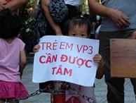 Giữa nắng nóng 41 độ, hàng trăm người dân chung cư VP3 Linh Đàm tập trung đòi cấp nước sạch