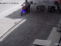 Mặc trời nắng nóng, hai thanh niên vẫn lao ra đường để... trộm dừa