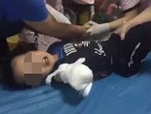 Vấp ngã khi đi ngược chiều, bé trai 4 tuổi bị thang cuốn nghiến đứt lìa cánh tay