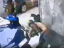 Clip: Khoảnh khắc đáng sợ khi người phụ nữ xả thân cứu mạng một đứa trẻ