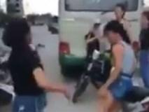 Bất chấp nắng nóng, 2 cô gái đánh bạn nữ giữa đường không ai can ngăn