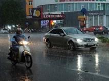Mây đen che kín bầu trời, Hà Nội đón trận mưa rào cực lớn, người đi đường loay hoay