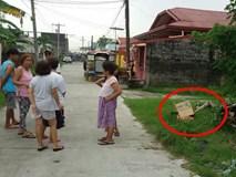 Đi thu gom rác, nhân viên vệ sinh bàng hoàng phát hiện thứ bị bỏ lại trong chiếc hộp các tông bên vệ đường