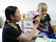 Xót thương cảnh mẹ đơn thân mắc ung thư di căn chật vật chăm con bị ung thư máu