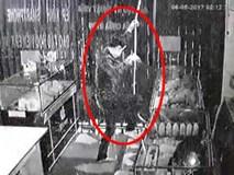 Kẻ trộm đu dây như xiếc vào cửa hàng điện thoại