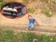 """Bé trai 3 tuổi ra """"hóng"""" vụ tai nạn giao thông rồi ngủ quên luôn tại hiện trường"""