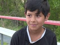 Bé gái 8 tuổi khóc nức nở khi bị đuổi khỏi sân vì quá giống con trai