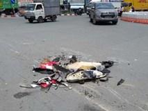 Xe tải cán nát vụn xe máy ở Sài Gòn, người đàn ông 50 tuổi nguy kịch