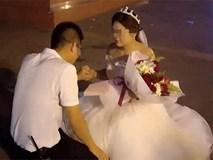 Được bạn gái mặc váy cưới quỳ gối cầu hôn, chàng trai trẻ đã có câu trả lời bất ngờ