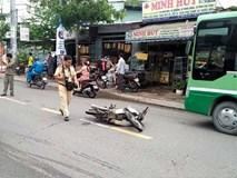 Xe máy húc văng người đàn ông đi bộ qua đường
