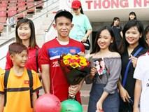 Fan nữ tổ chức sinh nhật cho Hồng Duy ở sân Thống Nhất