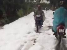"""Xuất hiện """"con đường tuyết trắng"""" sau trận mưa lớn ở Hà Nội"""