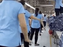 Hàng nghìn công nhân nhảy trên nền nhạc bài 'Rửa tay' trong giờ giải lao gây sốt