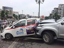 Xe Fortuner tông liên hoàn, húc taxi văng lên dải phân cách