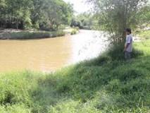 Bé gái 8 tuổi thoát chết sau khi bị sàm sỡ và ném xuống sông