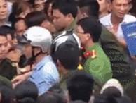 Video: Cả trăm người la ó ở buổi thực nghiệm vụ bé trai 33 ngày tuổi bị giết