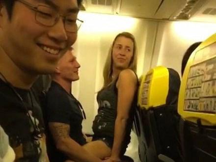 Sự thật gây sốc không kém về người phụ nữ tóc vàng trong đoạn video tình tứ thái quá trên máy bay