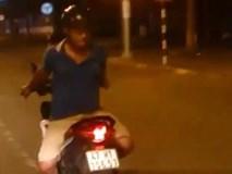 Truy tìm nam thanh niên ngồi quay lưng điều khiển xe máy