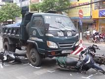Xe ben lùa 4 xe máy dừng đèn đỏ, nhiều người bị thương