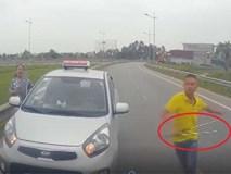 Tài xế taxi chạy ngược chiều, rút tuýp sắt dọa đánh người khác