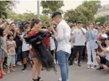 Sau 6 năm yêu nhau, chàng trai cầu hôn bạn gái ở phố đi bộ cùng sự giúp sức của hơn 70 nghệ sĩ