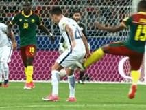Cầu thủ Cameroon đạp bóng làm tụt quần đối thủ