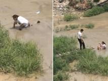 Cô gái trẻ quằn quại đòi nhảy sông tự tử ở vùng nước ngập chưa đến đầu gối