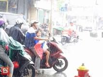 Bức ảnh ấm lòng: Bố ướt sũng nhường áo mưa, miễn là con đừng ốm nhé!