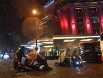 Hàng loạt xe máy bị sóng đánh đổ trong cơn mưa lớn ở Hà Nội