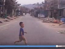 Bé 3 tuổi bị xe đâm tử vong khi chạy một mình trên đường