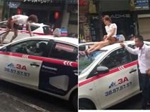 Cô gái trẻ trèo lên nóc xe taxi, náo loạn trên đường phố Hà Nội