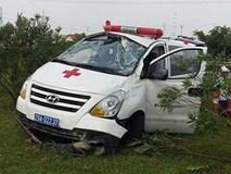 Xe cứu thương đang chở bệnh nhân bất ngờ lao vào giải phân cách, 3 người gặp nạn