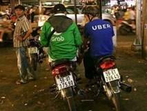 """Grab tung """"chiêu"""" lôi kéo lái xe Uber, ký hợp đồng ngay trên yên xe"""