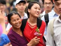 Bà ngoại đón cháu thi đại học bằng đóa hoa giấy