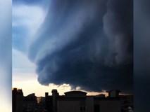 Đám mây khổng lồ dày hàng trăm mét sà xuống thành phố như ngày tận thế, người dân được phen hốt hoảng