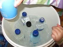 Không cần cho vào ngăn đá, chỉ 2 phút là chai nước nguội đã trở nên lạnh buốt, mẹo hay mùa hè đây các mẹ!