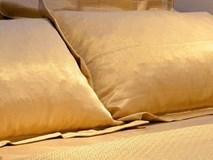 Bộ ga gối dệt vàng ở khách sạn sang chảnh giá 5 tỷ