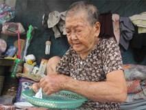 Mẹ già 90 tuổi tối ngủ ngoài vỉa hè, sáng làm bánh tằm bán kiếm tiền nuôi hai con bệnh tật