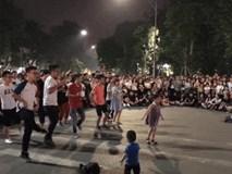 Bé gái đại náo phố đi bộ Hà Nội với vũ đạo điêu luyện 'Bống bống bang bang'