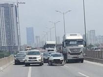 Xe container va chạm ôtô con, đường vành đai 3 ùn tắc hơn 2 giờ